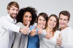 Doação entusiástica do grupo de pessoas polegares acima Foto de Stock Royalty Free