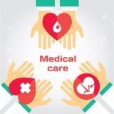 Doação médica As mãos dão o coração a outro Fotografia de Stock Royalty Free