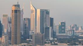 Dobai городское на timelapse захода солнца Вид с воздуха над большим футуристическим городом видеоматериал