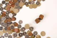 Dobbel en muntstukken Stock Fotografie