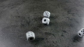 Dobbel gegoten op beton stock videobeelden