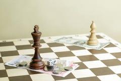 Dobbel, geld en schaak de koning op een raad Royalty-vrije Stock Fotografie