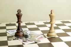 Dobbel, geld en schaakkoningen Stock Foto's