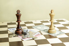 Dobbel, geld en schaakkoningen op een raad Royalty-vrije Stock Foto