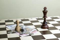 Dobbel, geld en schaakstukken Stock Foto