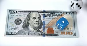 Dobbel Geworpen op Dollarbankbiljetten, stock video