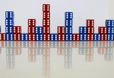Dobbel het willekeurige rode blauw van het spelspel Stock Foto's