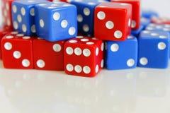 Dobbel het willekeurige rode blauw van het spelspel Stock Foto