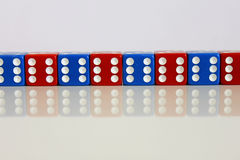 Dobbel het willekeurige rode blauw van het spelspel Stock Afbeelding