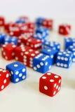 Dobbel het willekeurige rode blauw van het spelspel Stock Afbeeldingen