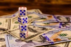 Dobbel op de honderd dollarsrekeningen Het concept van de gok stock foto