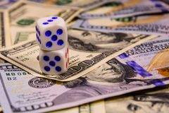 Dobbel op de honderd dollarsrekeningen Het concept van de gok royalty-vrije stock foto's