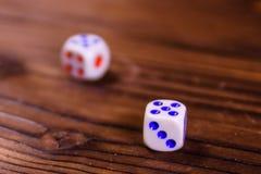 Dobbel op een houten lijst Het concept van de gok royalty-vrije stock afbeelding