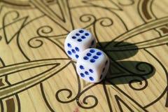 Dobbel voor backgammon op de spelraad stock foto's