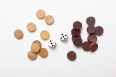 2 dobbelen en houten schaak Stock Afbeelding