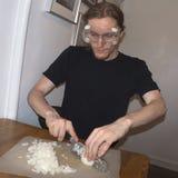 Dobbelende uien die beschermende brillen dragen royalty-vrije stock afbeeldingen