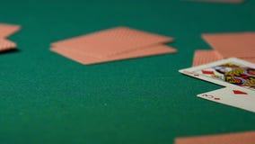 Dobbelkort som sprider på tabellen, slut av pokerleken som spelar affärsnärbild stock video
