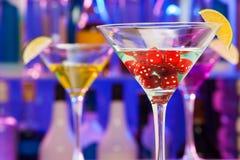 Dobbelt in cocktailglas met kalk en bar op rug Stock Foto's