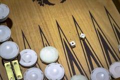 Dobbelt de close-up schone spruit van van backgammon onder schemerig licht stock foto's