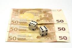Dobbelt en geld, wordt het geconcentreerd dat op dobbelt Royalty-vrije Stock Foto's