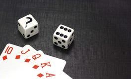 Dobbelt en speelkaarten op een zwarte achtergrond Stock Fotografie
