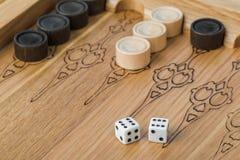 Dobbelt het backgammon speelgebied en stock foto