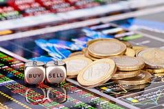 Dobbelt kubussen met de woorden VERKOPEN KOPEN, één-euro muntstukken Royalty-vrije Stock Afbeeldingen
