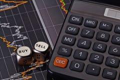 Dobbelt kubussen met de woorden VERKOPEN KOPEN, calculator Royalty-vrije Stock Fotografie