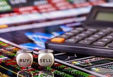Dobbelt kubussen met woorden VERKOPEN KOPEN voor handelaar en calculator. Stock Fotografie