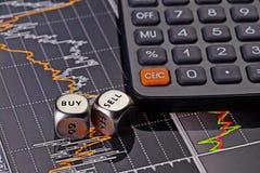 Dobbelt kubussen met woorden VERKOPEN KOPEN voor handelaar en calculator. Royalty-vrije Stock Afbeelding