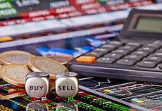 Dobbelt kubussen met woorden VERKOPEN KOPEN voor handelaar, euro muntstukken en calcu Stock Foto