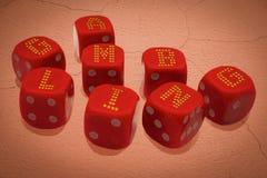 Dobbelt met inschrijving het GOKKEN De groep casinokubussen is op verlaten doen barsten grondoppervlakte Conceptenaffiche van gok stock foto