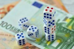 Dobbelt op euro geldachtergrond - Concept risicodragende investeringen en gok stock afbeeldingen