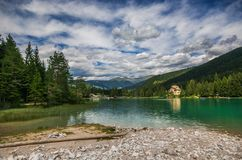 Dobbiaco湖惊人的看法在特伦托自治省女低音阿迪杰,南蒂罗尔,意大利 免版税库存图片