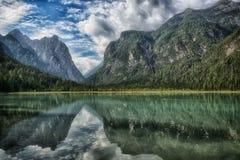 Dobbiaco, paisaje del lago en las montañas Fotografía de archivo