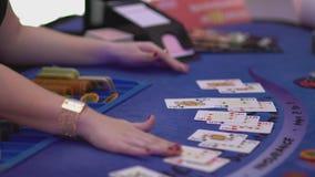 Dobbleri Black Jack i en kasino - återförsäljare på Black Jack arkivfilmer