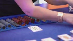 Dobbleri Black Jack i en kasino - återförsäljaren fördelar kort i början lager videofilmer