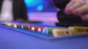 Dobbleri Black Jack i en kasino - återförsäljaren sorterar dobbelchiper, och starter spelar arkivfilmer