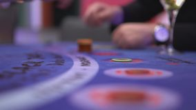 Dobbleri Black Jack i en kasino - danande slå vad lager videofilmer