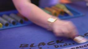 Dobbleri Black Jack i en kasino - fördelande kort för återförsäljare lager videofilmer