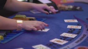 Dobbleri Black Jack i en kasino - fördelande kort från en släde lager videofilmer