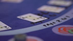 Dobbleri Black Jack i en kasino - fördelande kort - panorera skottet stock video