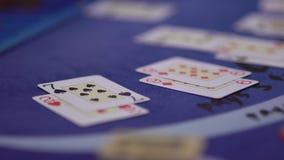 Dobbleri Black Jack i en kasino - handla extra kort arkivfilmer