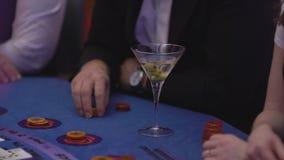 Dobbleri Black Jack i en kasino - James Bond stilplats arkivfilmer