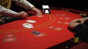 Dobbleri Black Jack i en kasino - nära övre stock video