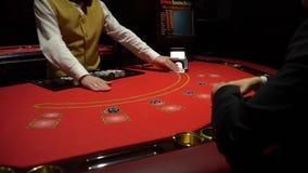 Dobbleri Black Jack i en kasino - nära övre arkivfilmer