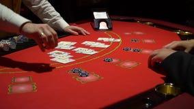 Dobbleri Black Jack i en kasino - nära övre lager videofilmer