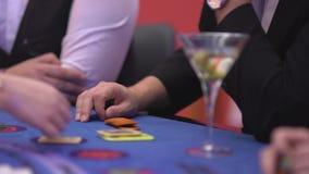 Dobbleri Black Jack i en kasino - nervös hasardspelare som spelar med tecken lager videofilmer