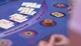 Dobbleri Black Jack i en kasino - nervösa hasardspelare lager videofilmer