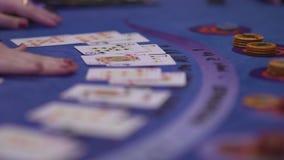Dobbleri Black Jack i en kasino - som är nära upp av kort på en lek stock video